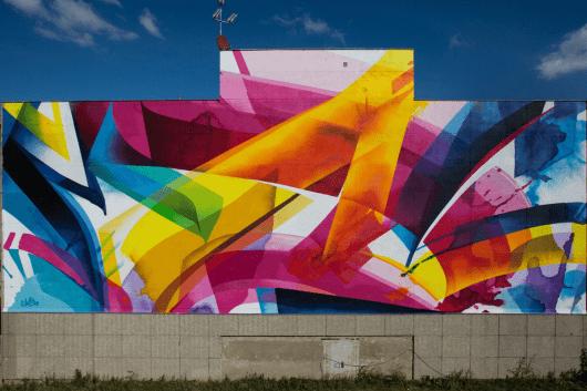 Die Künstlerin hat bunte kräftige Farben im Einsatz.