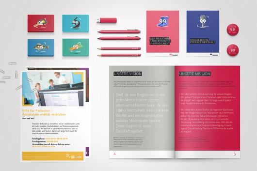 eine Uebersicht von 99 Funken Kommunikationsmitteln. Die Kundenbroschüre, Projektposter, Visitenkarten und Kategoriepostkarten, sowie Buttons im 99 Funken Corporate Design.