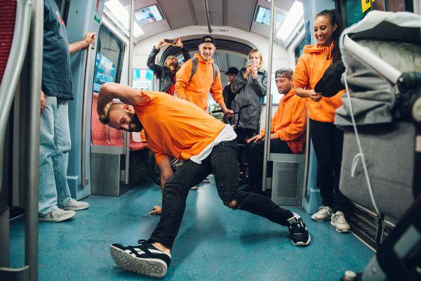 Selbst in der U-Bahn zeigten die Breaker ihre Künste.