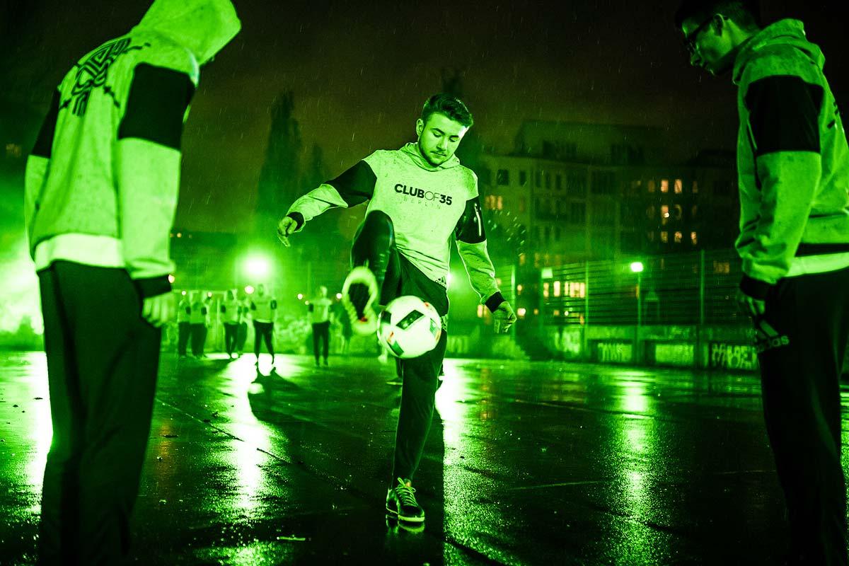 Die Kicker des Trickfußballkollektivs CO35 zeigen ihr Können auf einem Berliner Bolzplatz. Erleuchtet wurde das von adidas.