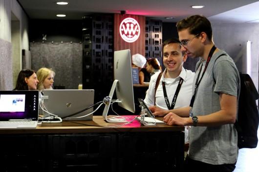 Die Besucher der Konferenz probieren sich am Adobe Xd Stand aus.