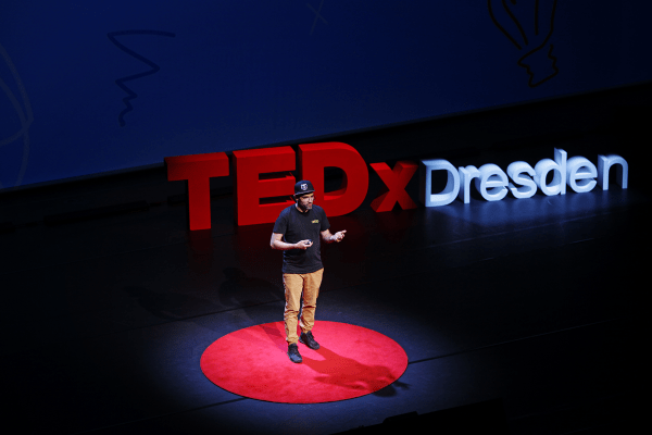 Andreas Schanzenbach von CROMATICS tritt bei der TEDx Dresden auf.
