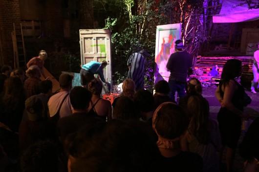 Die Teams malten eine Stunde auf einer alten Tür und brachten so ihre Kunst den Leuten in Chemnitz.