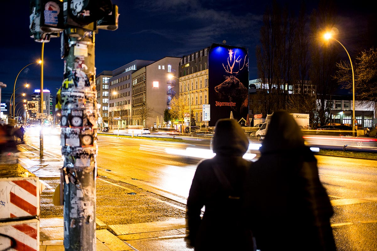 Passanten sind begeistert. Der Hirsch leuchtet nachts mit Schwarzlicht und UV Berlin entgegen.