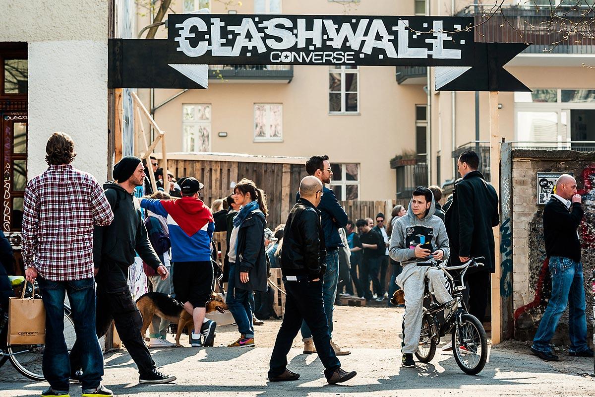 Eingang zur Converse Clash Wall Eventflaeche mit Berliner Publikum. Willkommen zum Playground von Converse und CROMATICS.
