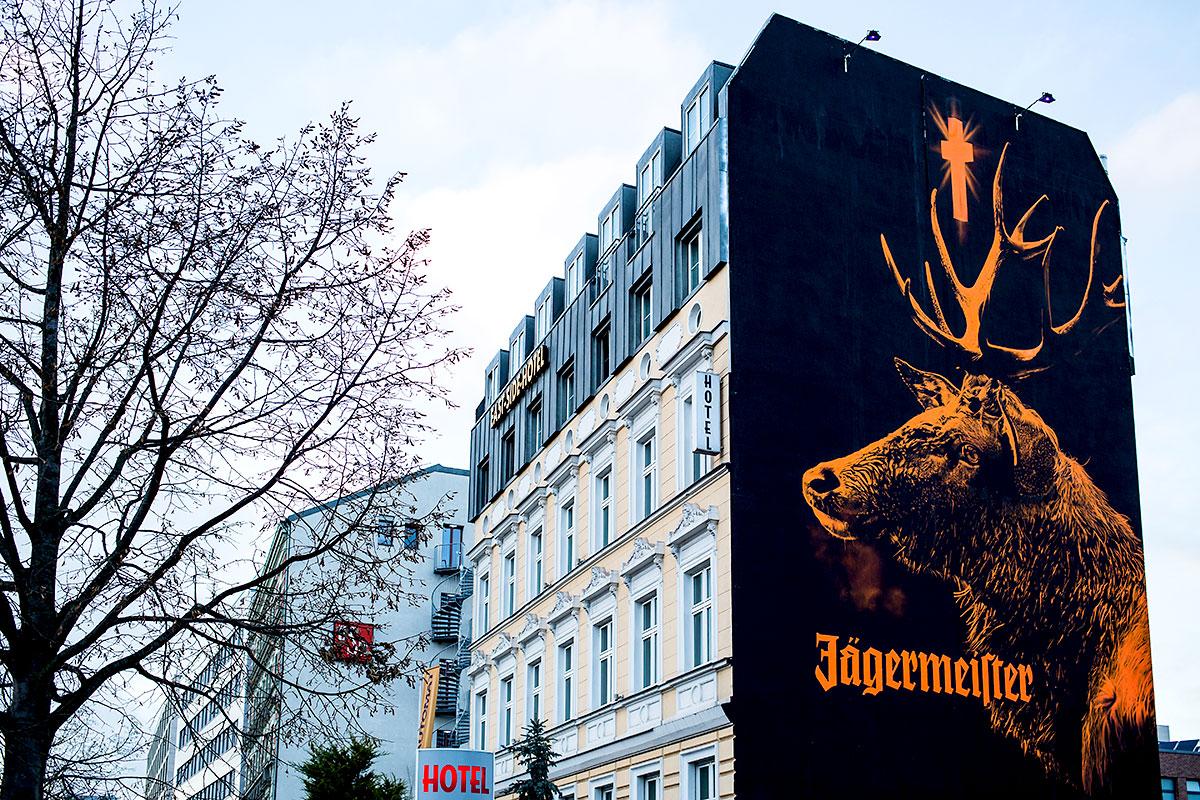 Am Tag und in der Nacht sorgt der Hirsch für Aufsehen. 180 qm groß leuchtet er über Berlin.
