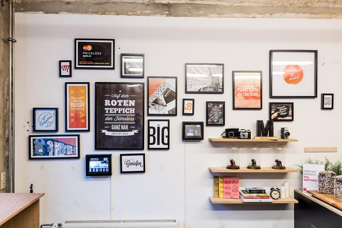 Bilder und Schriftzüge an der Wand vermittelten einen modernen hippen Eindruck im Store.