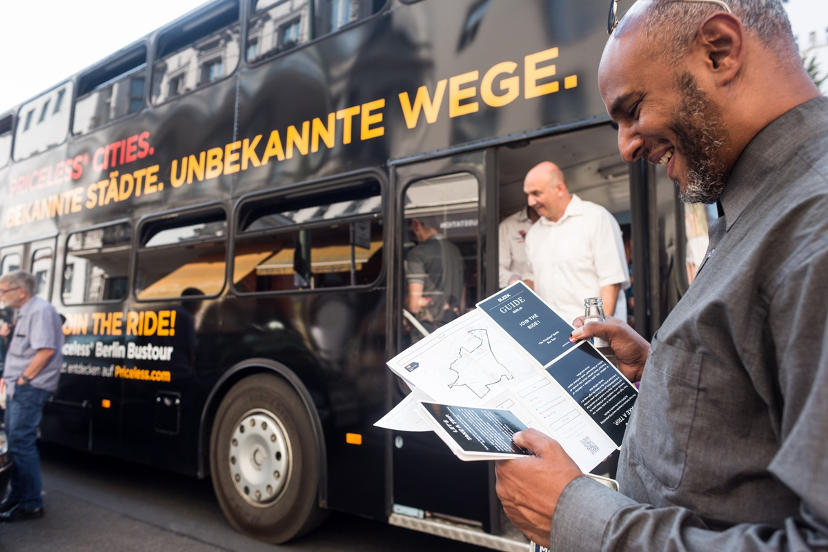 Berliner Touristen mit einer Mastercard konnten die Bustour nutzen und Berlin neu entdecken.