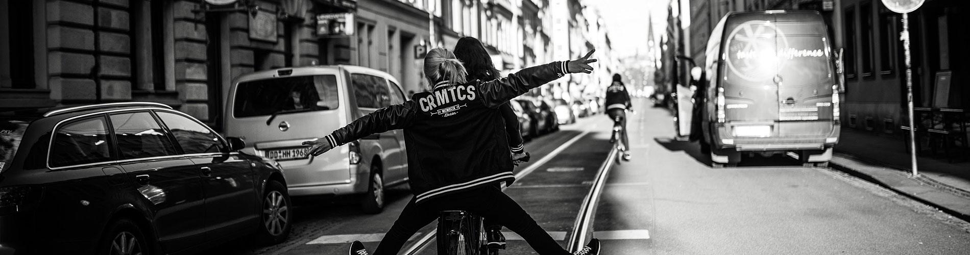 Am Standort Dresden entwickeln wir Marken, designen ihre Identität. Wenn alles so einfach wäre wie Fahrrad fahren. Interdisziplinär verpacken wir alle Leistungen in Dresden und sind darüber hinaus in Deutschland, Europa und der ganzen Welt tätig.