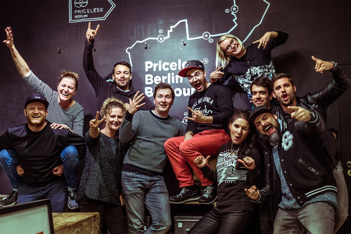 Das Team feiert einen Projektabschluss in Berlin.