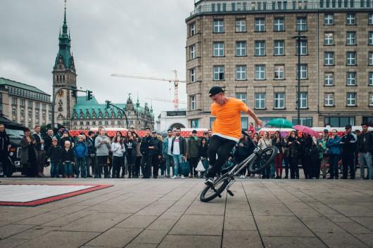 Der BMX Fahrer hatte viel Publikum.