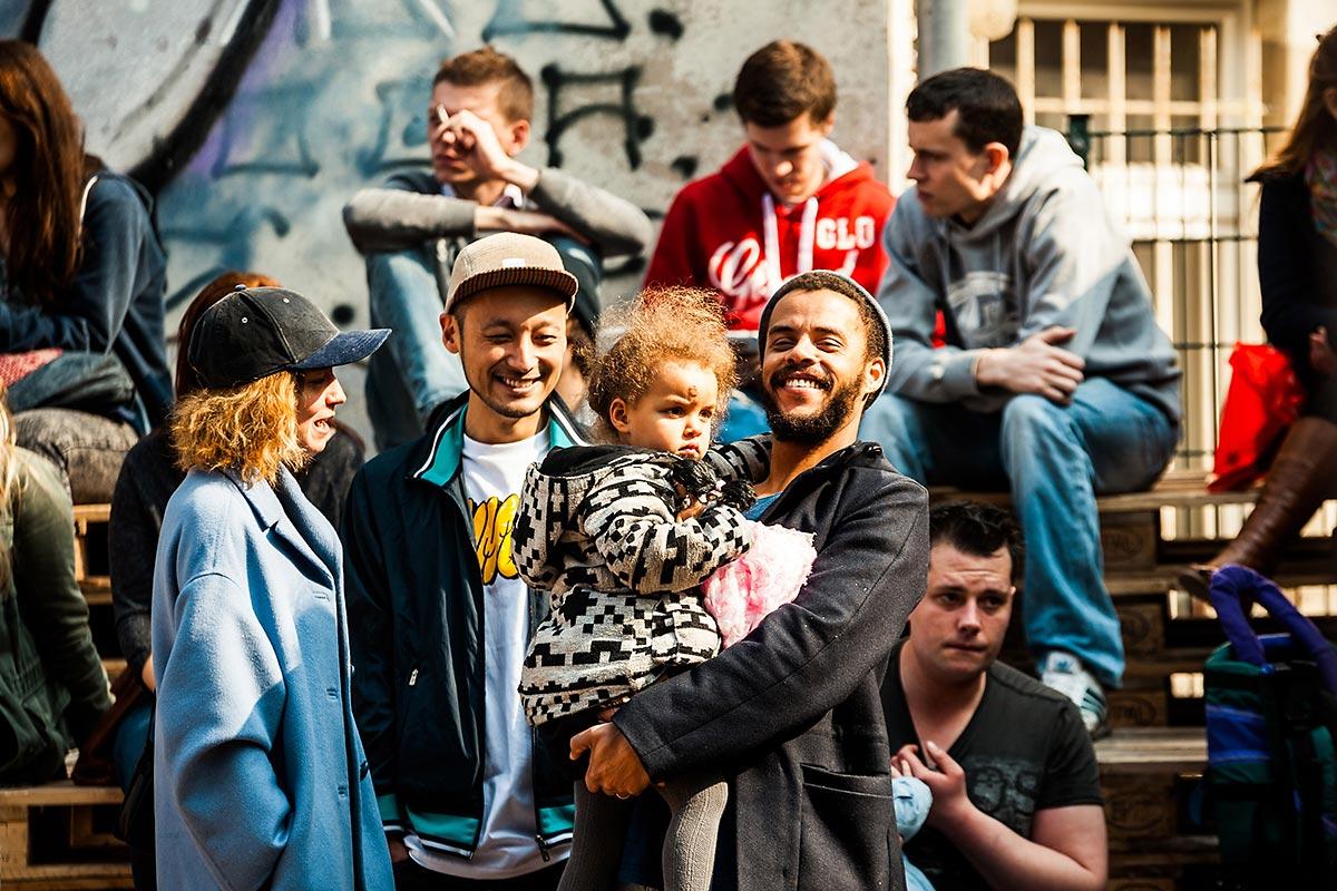 Freudige Berliner Familie beim CROMATICS Event für Converse. Die Clash Wall ist für alle Altersgruppen ein Erlebnis. Schließlich ist es ein Ereignis Human to Human, H2H.