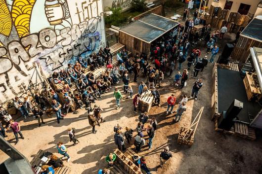 Ein Blick von oben am Tag der Berlin Clash Wall von Converse. Die Stimmung ist super, es gibt Drinks, Musik und natürlich Urban Art. Ein perfekter Tag, um in urbanen Gravitationsorten Trendbeobachtungen und Trendforschungen anzustellen.