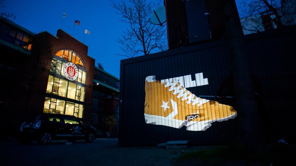 Für Converse malte CROMATICS im Hamburger Stadtteil St. Pauli mit dem Digital Paintroller die Wände bunt.