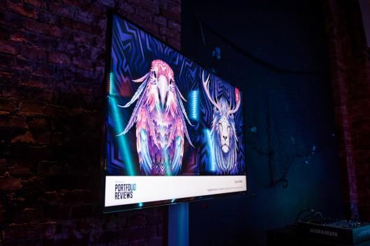 Die Artworks der Künstler liefen auf großen Bildschirmen.