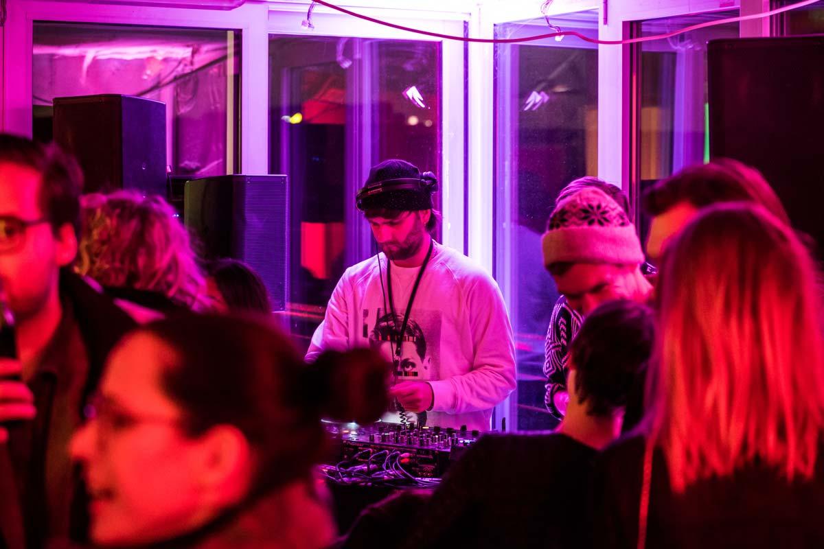 Ein DJ sorgte für coole Stimmung bei der Party.