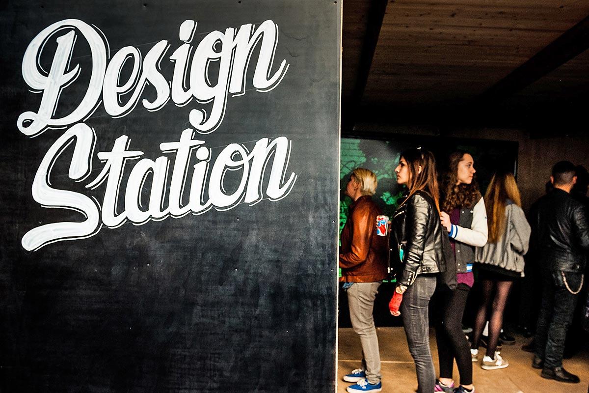 In der Design Station bei der Converse Clash Wall Out Of Home Kampagne von Converse konnte man sich sein eigenes Shirt designen und mit nach Hause nehmen.