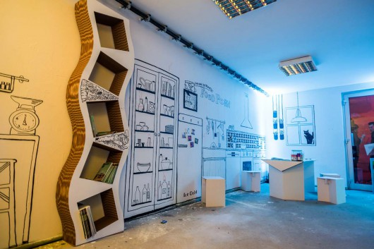 Das Designerzimmer ist aus Pappe und den Farben Schwarz und Weis.