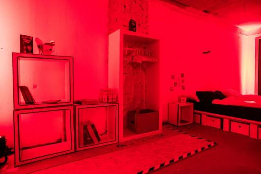 Die Designmöbelstücke wurden in Rot angeleuchtet.