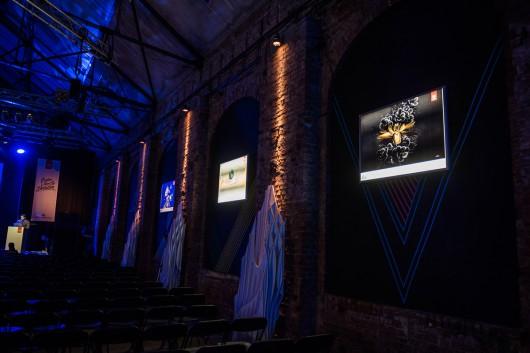 Backlightposter hingen an den Wänden und tauchten die Reithalle Dresden zum Creative Meet Up in passendes Licht.