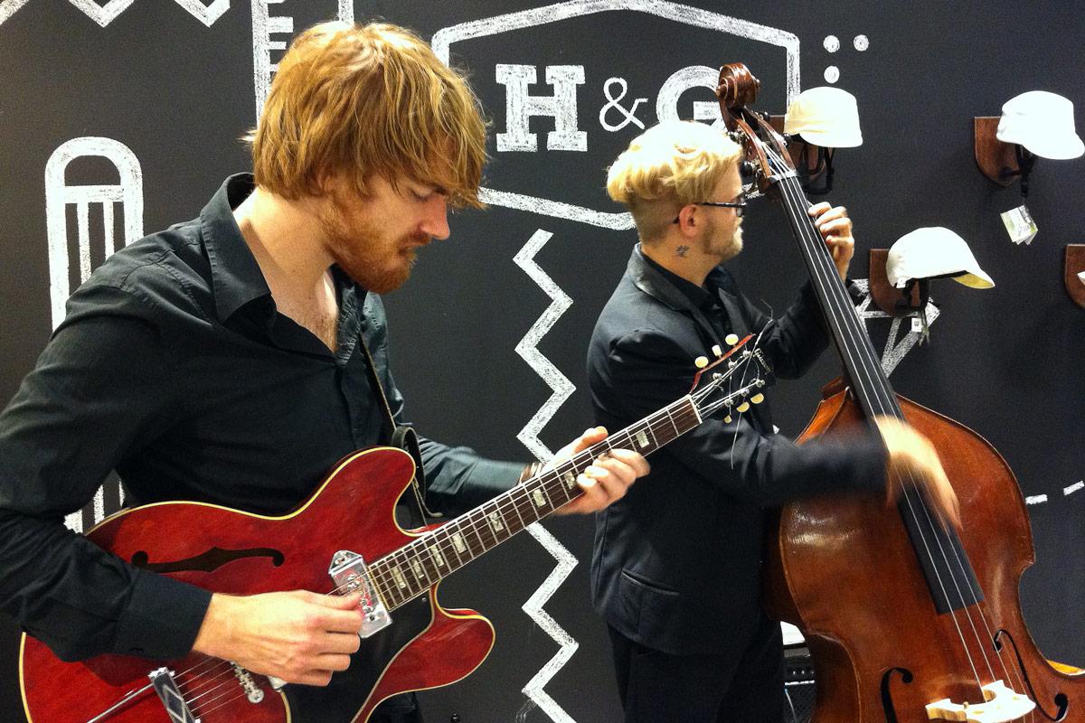 Musiker spielen zur Eröffnung des Hy Pop Up Stores in der Centrum Galerie in Dresden.