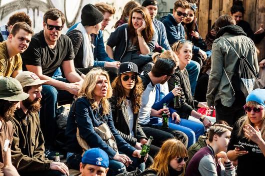 Die Besucher der Converse Clash Wall beobachten gespannt, wie die Kuenstler Wurstbande, Gogoplata und Rylsee die Brandwand gestalten.