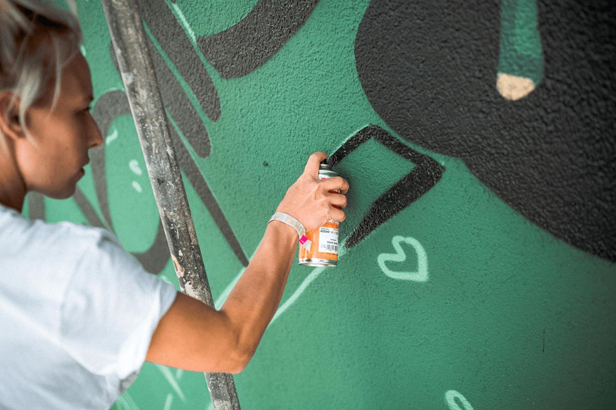 Die Künstler sind eine Woche beschäftigt, bis die Wand fertig ist.
