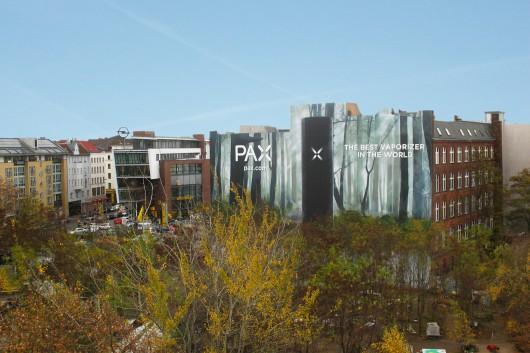 Diese riesige Werbefläche in Berlin am Moritzplatz zeigt den Vaporizer von PAX, auch bei Tag ein Hingucker.