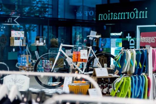 Produktmix in der Centrum Galerie lockt Menschen in Dresden an. CROMATICS ist vorn mit dabei.