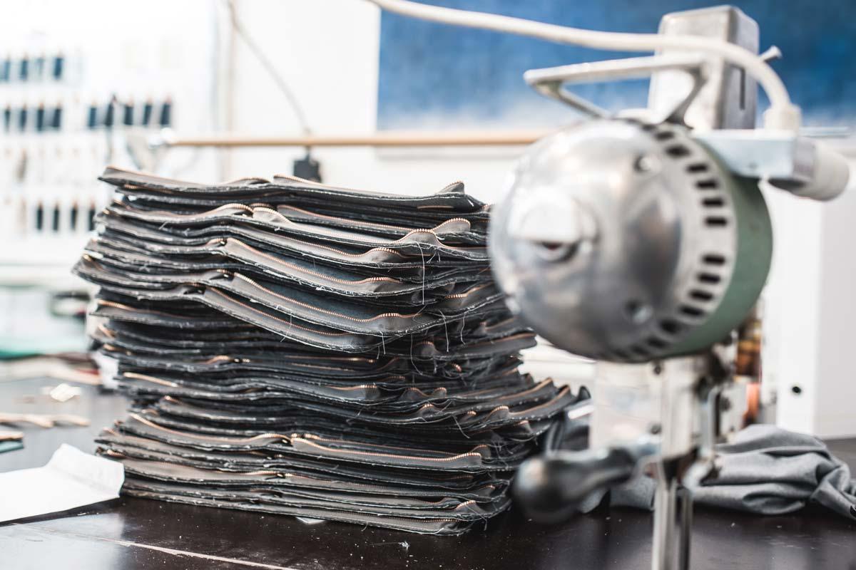 Die Raw Denim Stoffe werden für die Umhängetaschen zusammengestellt.