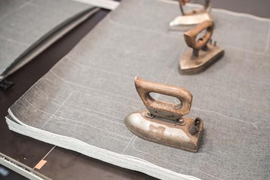 Die Jeansstoffe für die Neujahrsgeschenke werden angezeichnet und geschnitten. Beste Qualität für CROMATICS.