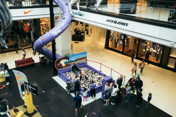 Die Milka Rutsche in der Mall of Berlin zieht die Menschen an.