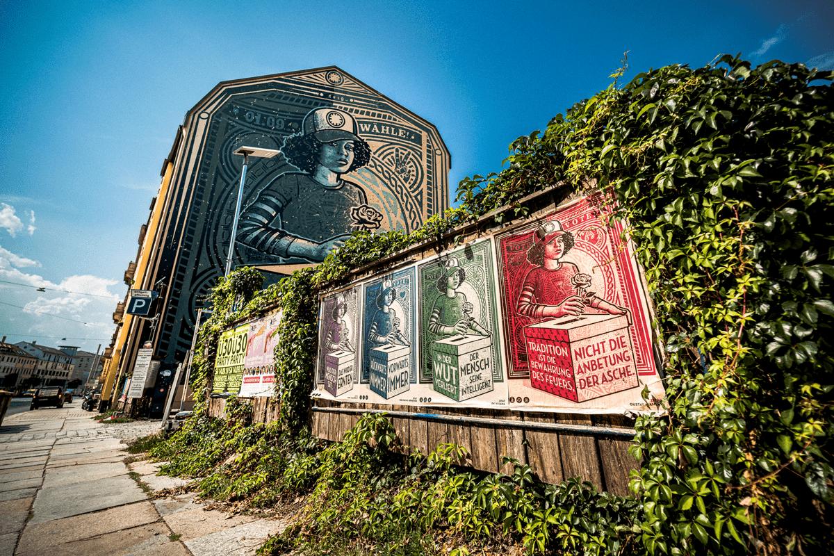 Zum Mural gibt es noch Plakate in der ganzen Stadt.
