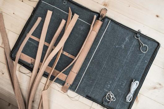 Gutes Leder wird für die Neujahrsgeschenke für CROMATICS verwendet. Diese gehen weiter an gute Kunden der Agentur.