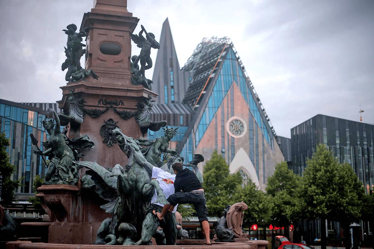 Vor dem Leipziger Gewandhaus bekamen die Figuren ebenfalls Trikots.