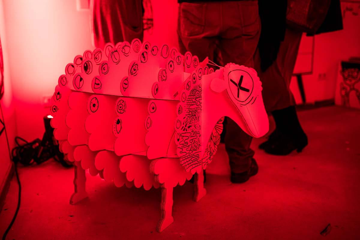 Ein lustiges aus Pappe bestehendes Schaf war teil der Party.