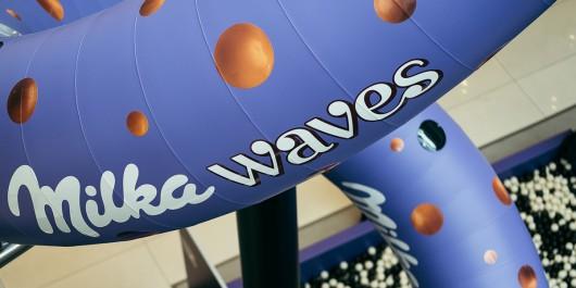 Die Milka Waves Rutsche steht in der Mall of Berlin. Die Out of Home Maßnahme fand im Mai 2017 statt.