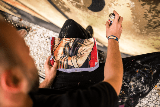 Die Künstler übertragen das Motiv auf die große Wand.