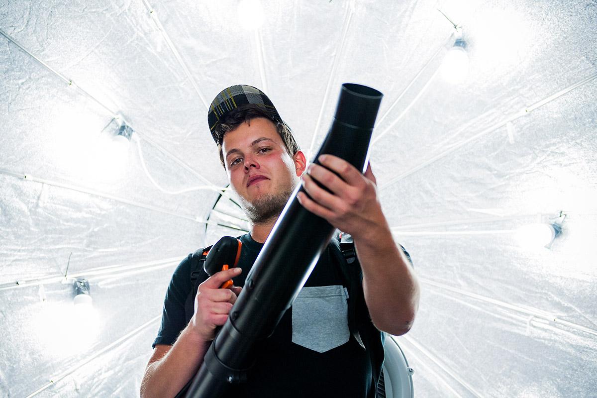 Mit dem Laubbläser mehr als 200 kmh ins Gesicht. CROMATICS und Tadao Cern machen es für New Yorker möglich.