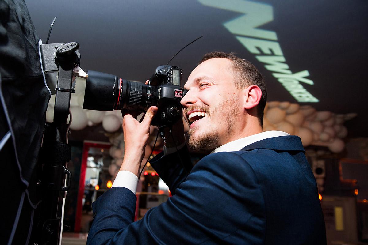 New Yorker geht mit seiner Out Of Home Kampagne interessante Wege. Tadao Cern als Starfotograf fotografiert für New Yorker. Event und PR organisierte CROMATICS.