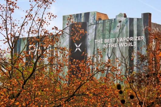 CROMATICS Berlin bringt Werbung an die Fassade . Das OOH Projekt war eines der größten Werbeflächen, die CROMATICS bespielt hat.