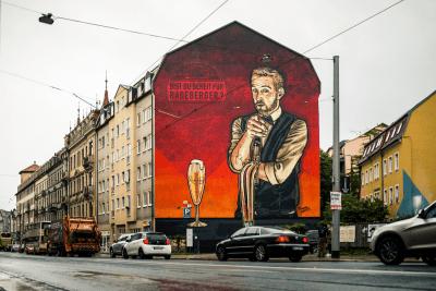 Die fertige Wand strahlt Rot in die Neustadt.