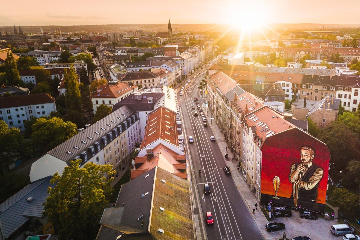 Die Sonne geht über Dresden und unserem Mural unter.
