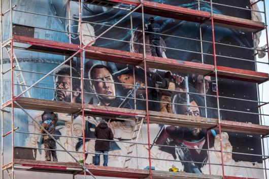 Auf Gerüsten standen die Graffitikünstler und malten 4 Tage lang das Wandbild.