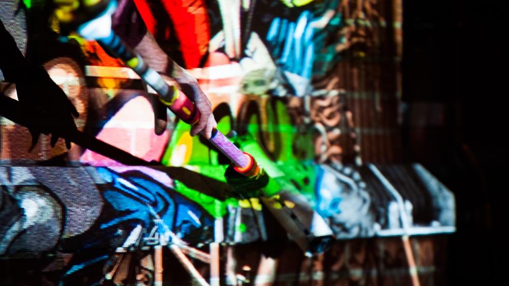 Der Digital Paintroller malt auf jede Oberfläche und ist regenabweisend. CROMATICS und Intolight kooperieren für die Converse Wall 2 Wall Tour.