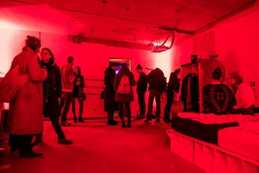 Das Designerzimmer wurde Rot bestrahlt.