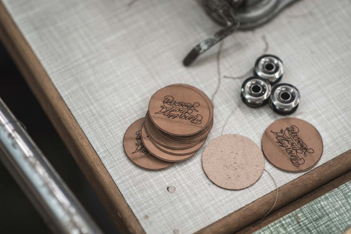 Die Button werden aus Leder geplottet.