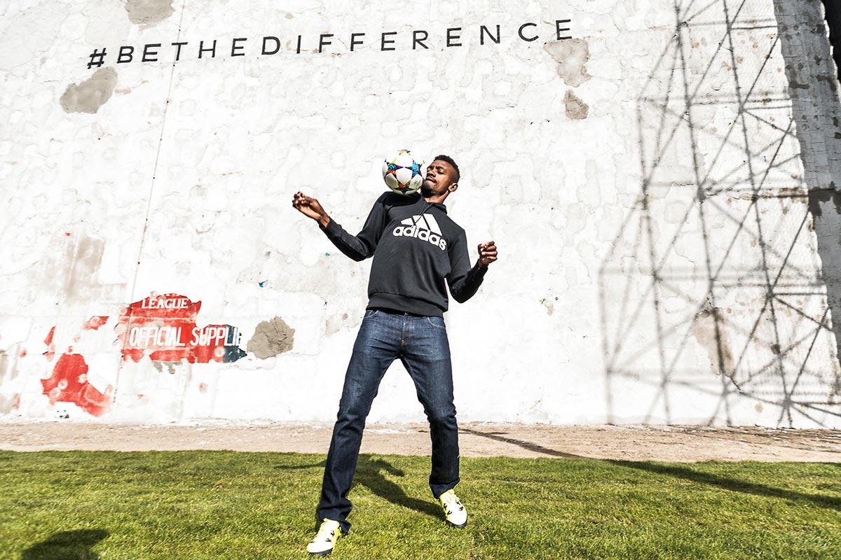 Der Ehrengast zum Adidas Event Salomon Kalou zeigt was er kann. Der Startschuss ist schon gefallen und nun geht es daran die #bethedifference Wand freizuschiessen.
