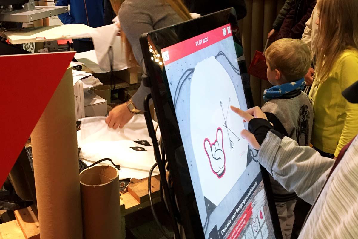Der Touchscreen ist die Eingabeart, um die Designstation von Reddo zu bedienen. Die Ostsächsische Sparkasse Dresden bekam auf der Karrierestart 2016 sehr viele Besucher an ihren Stand.
