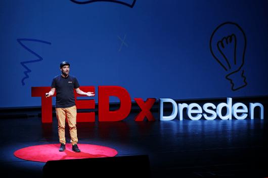 Der Speaker und CIO von CROMATICS hält eine Rede über Co-Kreation beim TEDx Dresden.